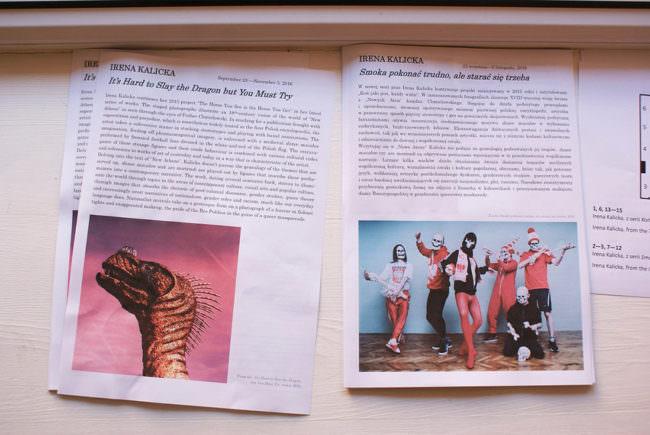 Ansicht zweier A4 Zettel mit Ausstellungsinformation und jeweils einem Farbbild.