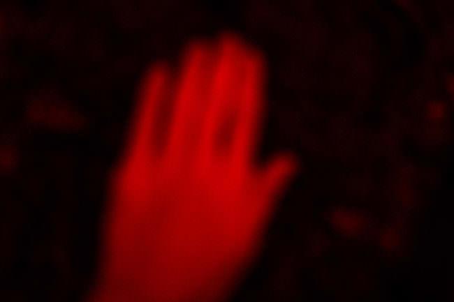 Hand in rotem Licht