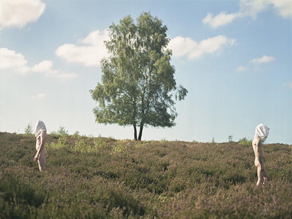 Zwei Männer mit verbundenen Köpfen in der Heide