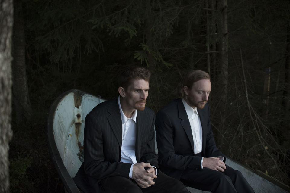Zwei Männer sitzen nebeneinander