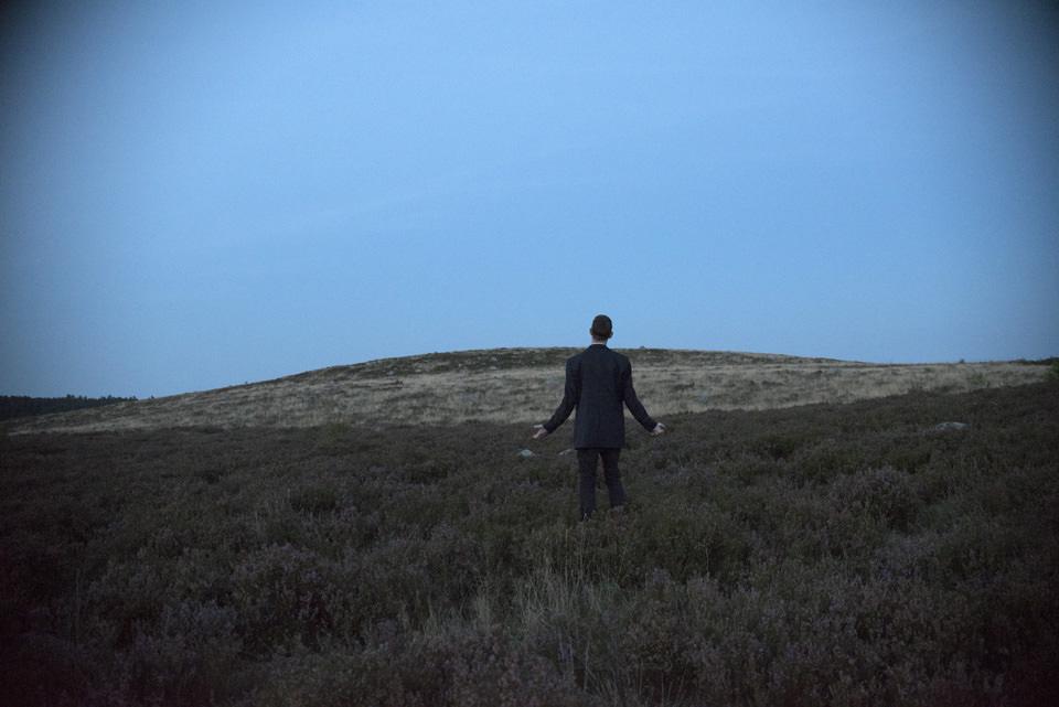 Mann im Anzug in der Heide