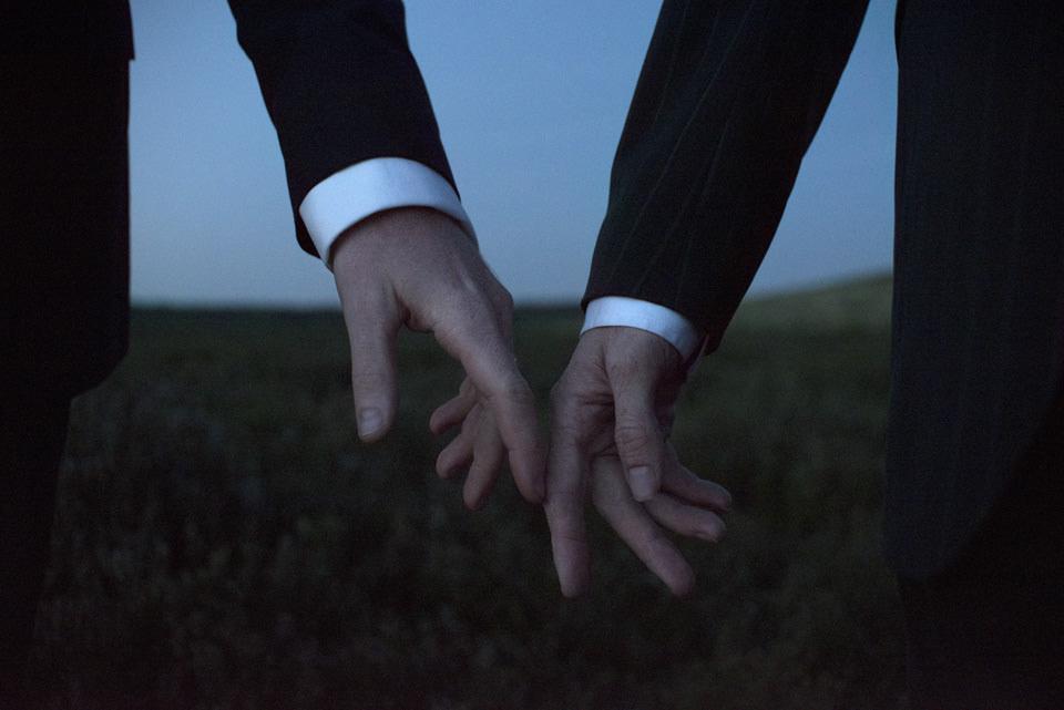Zwei Hände im Anzug berühren sich