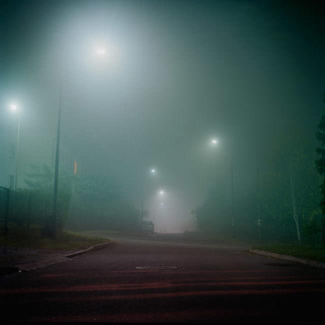 Nächtliche Aufnahme in der verschwommen die Lichtkreise von Straßenlaternen erkennbar sind.