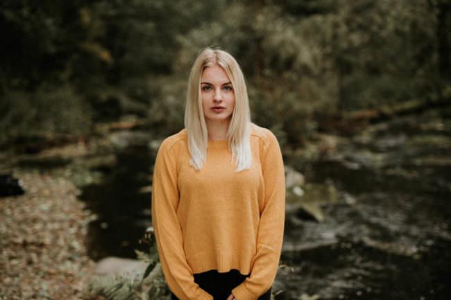 Frau im gelben Pullover