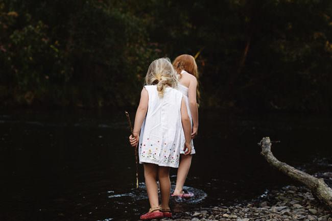 Zwei Mädchen in einem Bach