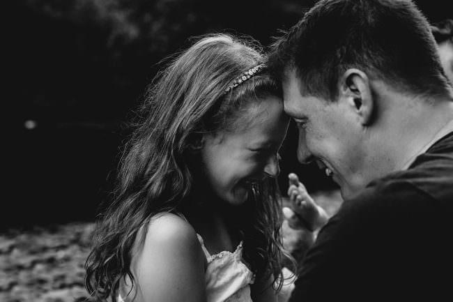 Mädchen freut sich zusammen mit einem Mann