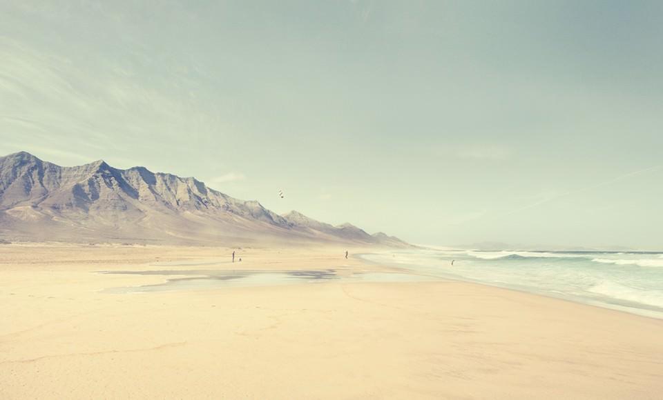 Ein Berg der direkt an einem Strand liegt