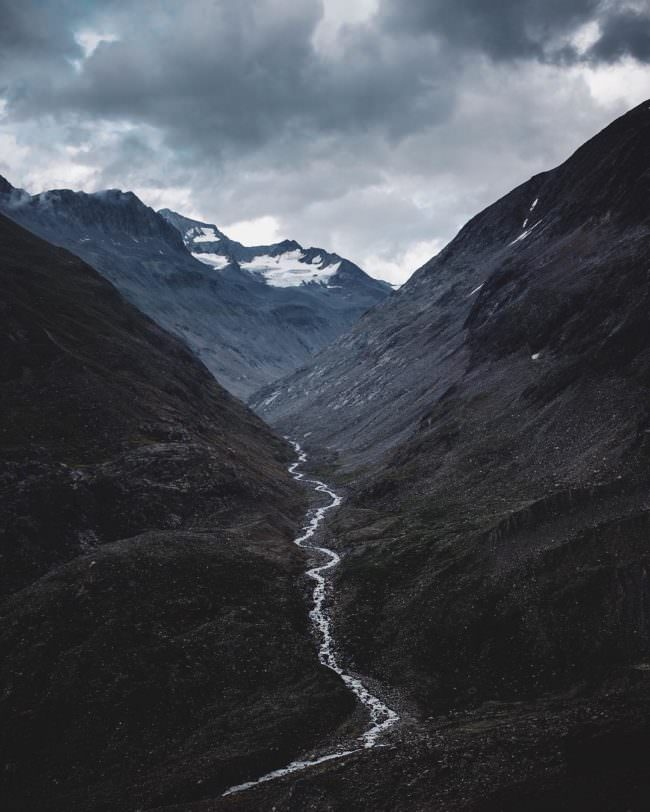 Ein Fluss der zwischen zwei Bergen fließt.