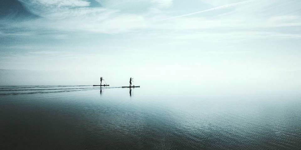 Zwei Boote auf dem offenen Meer