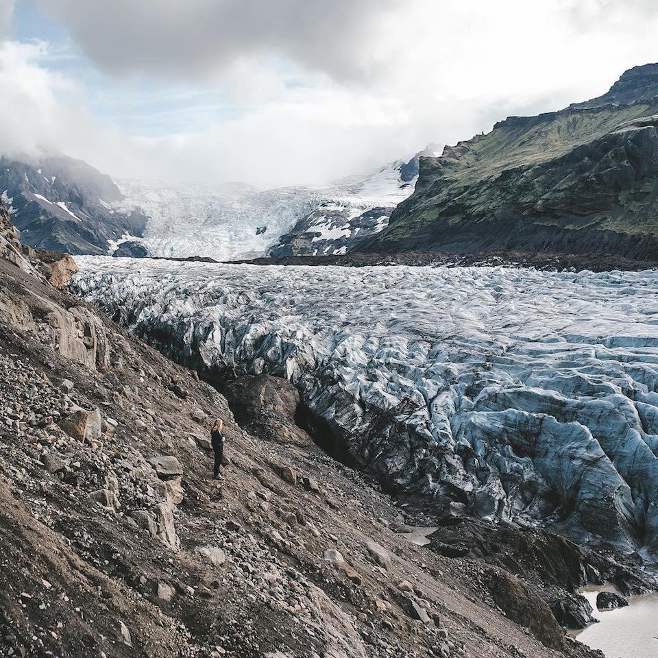 Ein Gletscher in einer Berglandschaft.