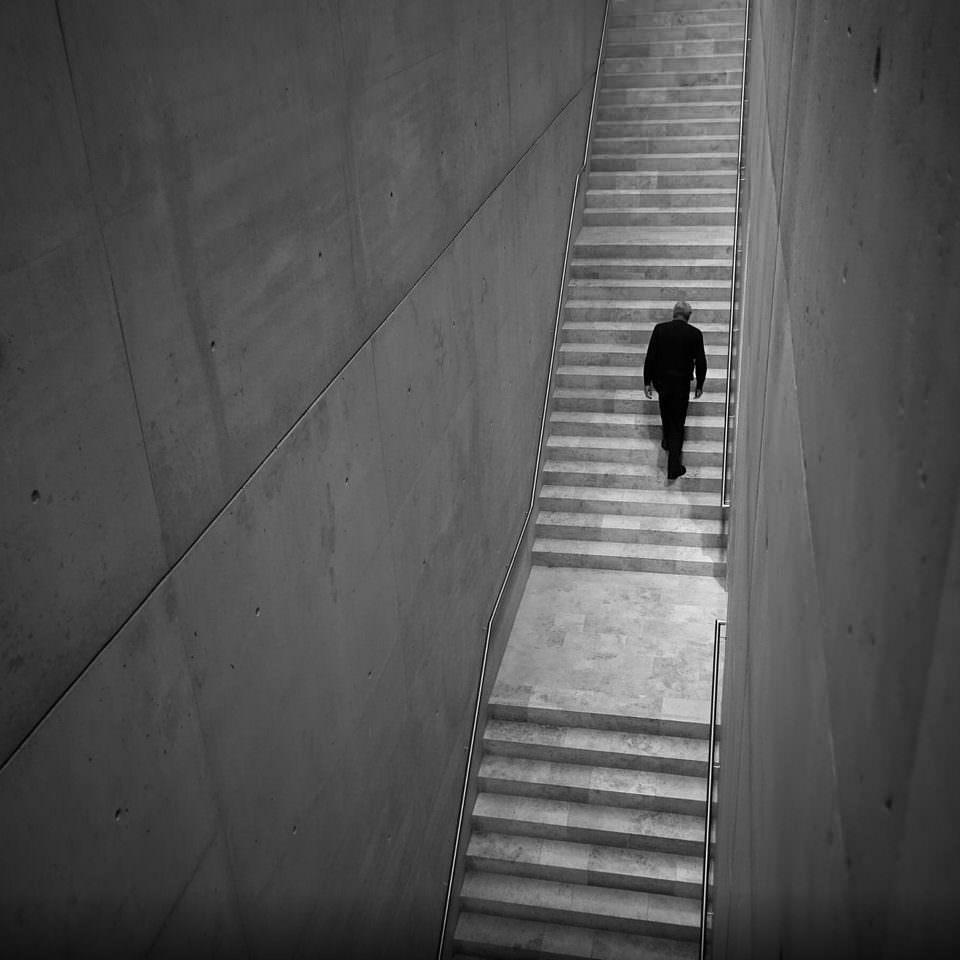 Mann auf einer Treppe