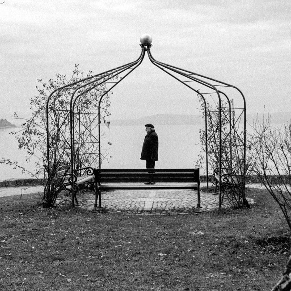 Ein Mann unter einem kahlen Pavillon
