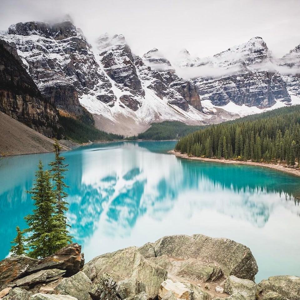 Ein blauer See vor einem Bergpanorama.