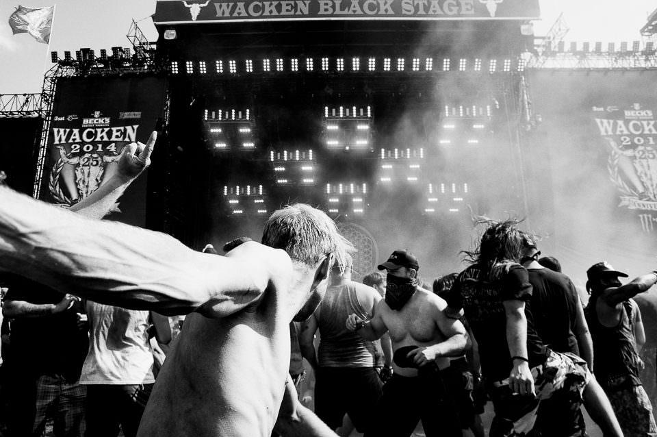 Tanzende Menschen vor einer Bühne