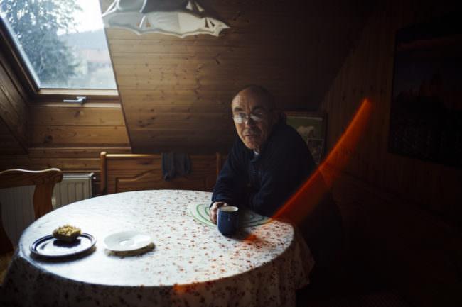 Ein Mann sitzt an einem Tisch