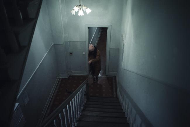 Eine Person geht durch ein Treppenhaus