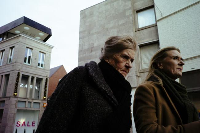 Zwei Frauen gehen eine Straße entlang