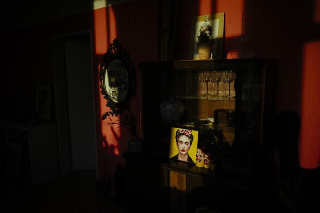 In einem Raum steht ein Portrait von Frida Kahlo