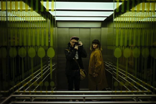 Zwei Personen in einem Aufzug