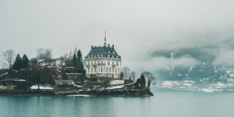 Ein Haus am See im Nebel