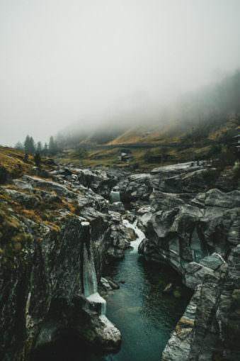 Ein Wasserfall zwischen Felsen
