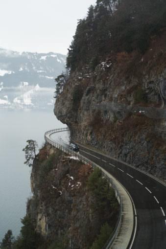 Eine Straße führt eine Felswand entlang