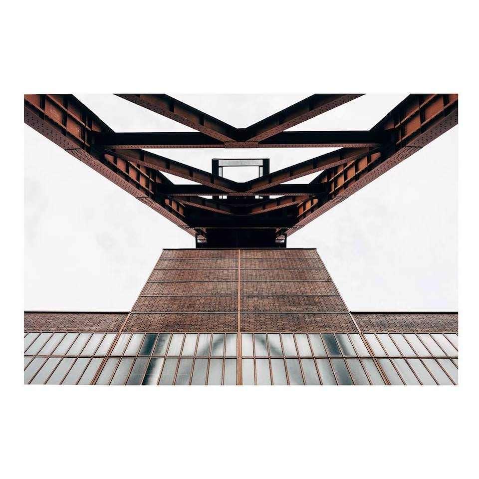 Die Linien eines Gebäudes von unten herab fotografiert.