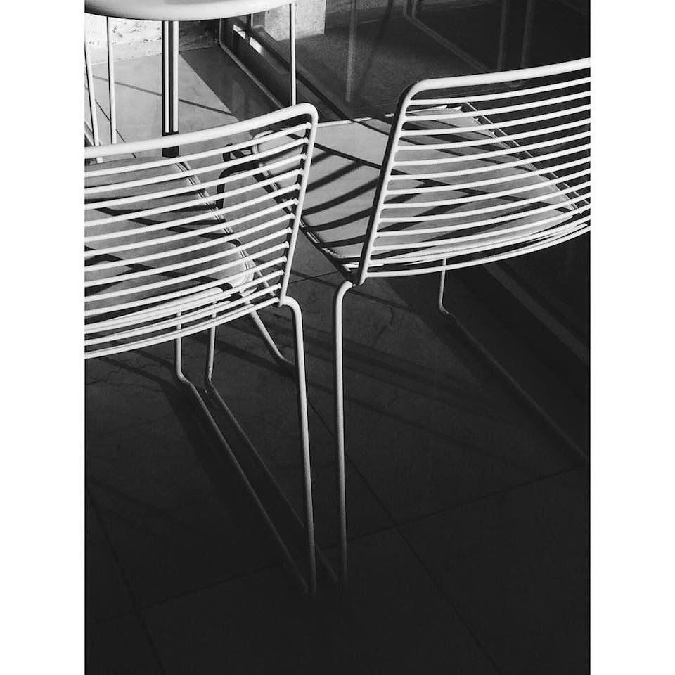 Zwei Stühle im Sonnenlicht.