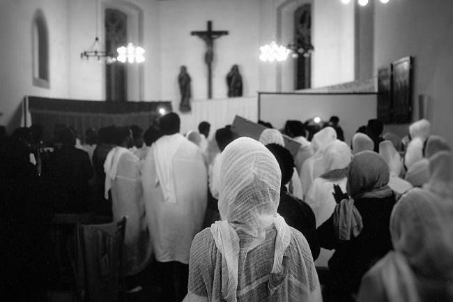 Menschen in der Kirche