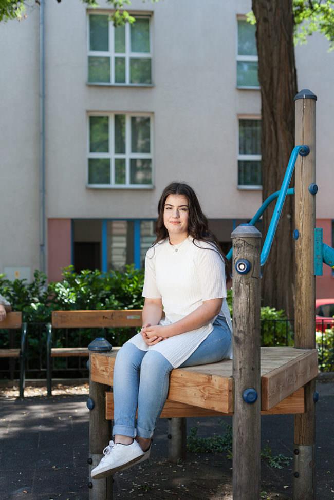 Eine Jugendliche auf einem Spielplatz