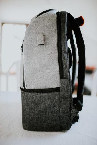 Seitenansicht eines grauen Rucksackes.