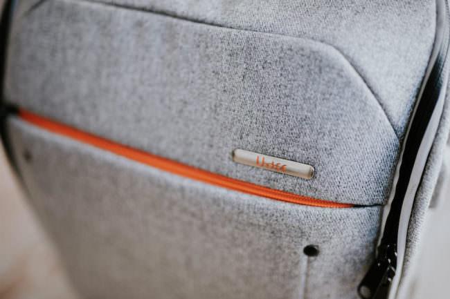 Nahaufnahme des Logos auf einem grauen Rucksack.