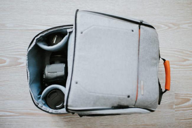 Blick auf das geöffnete Kamerafach eines grauen Rucksackes.