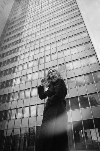 Eine Frau vor einem Hochhaus