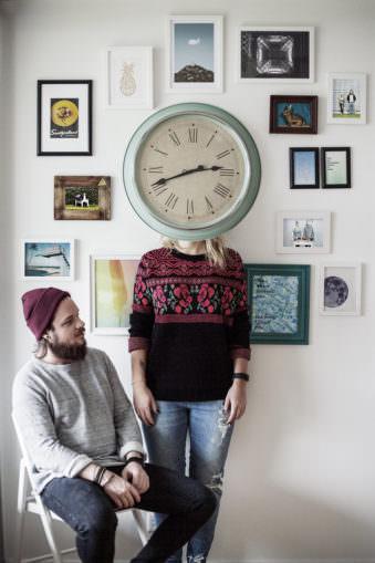 Ein Mann und eine Frau, die von einer Uhr verdeckt wird