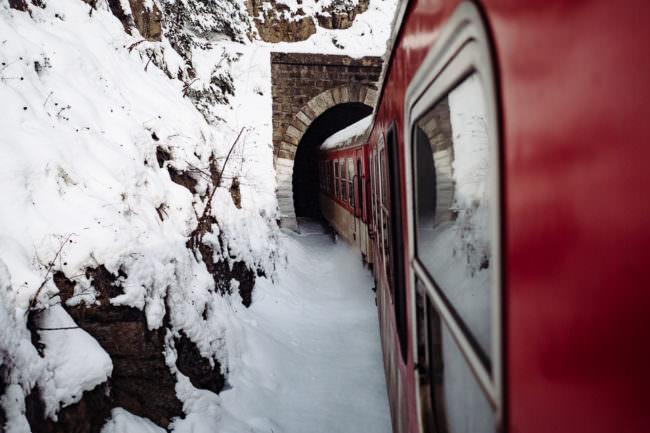 Ein Zug fährt durch einen Tunnel