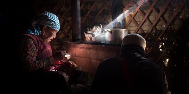 Eine Frau mit einem Lichtschein