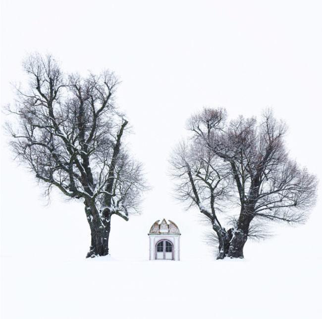 Kapelle zwischen zwei Bäumen