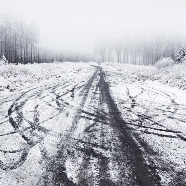 Straße mit Spuren im Schnee