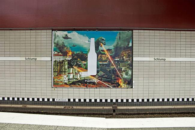 Kunstplakat an einer Haltestelle