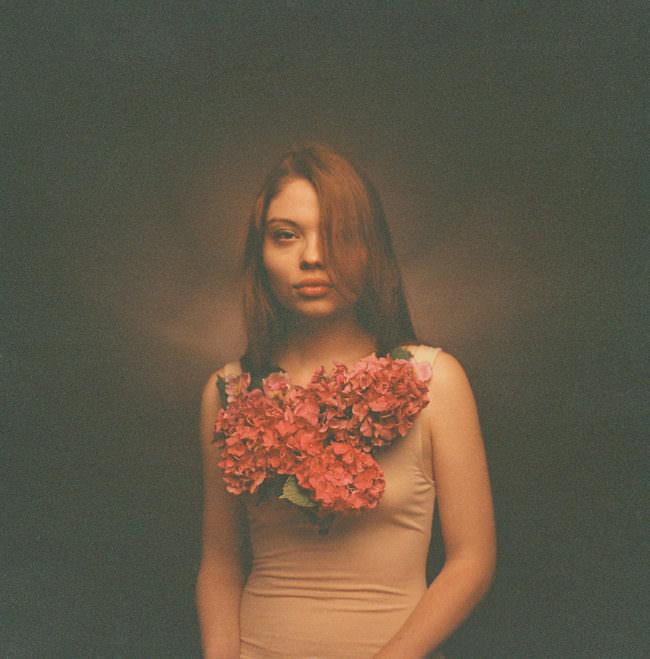 Eine Frau mit Blumen vor der Brust