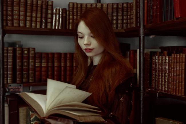 Eine Frau liest in der Bibliothek