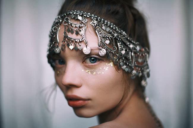 Eine Frau mit Kopfschmuck