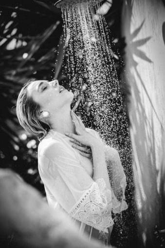 Eine Frau duscht angezogen