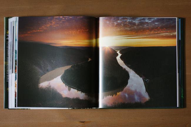 Bild eines Flusslaufes in einem Buch