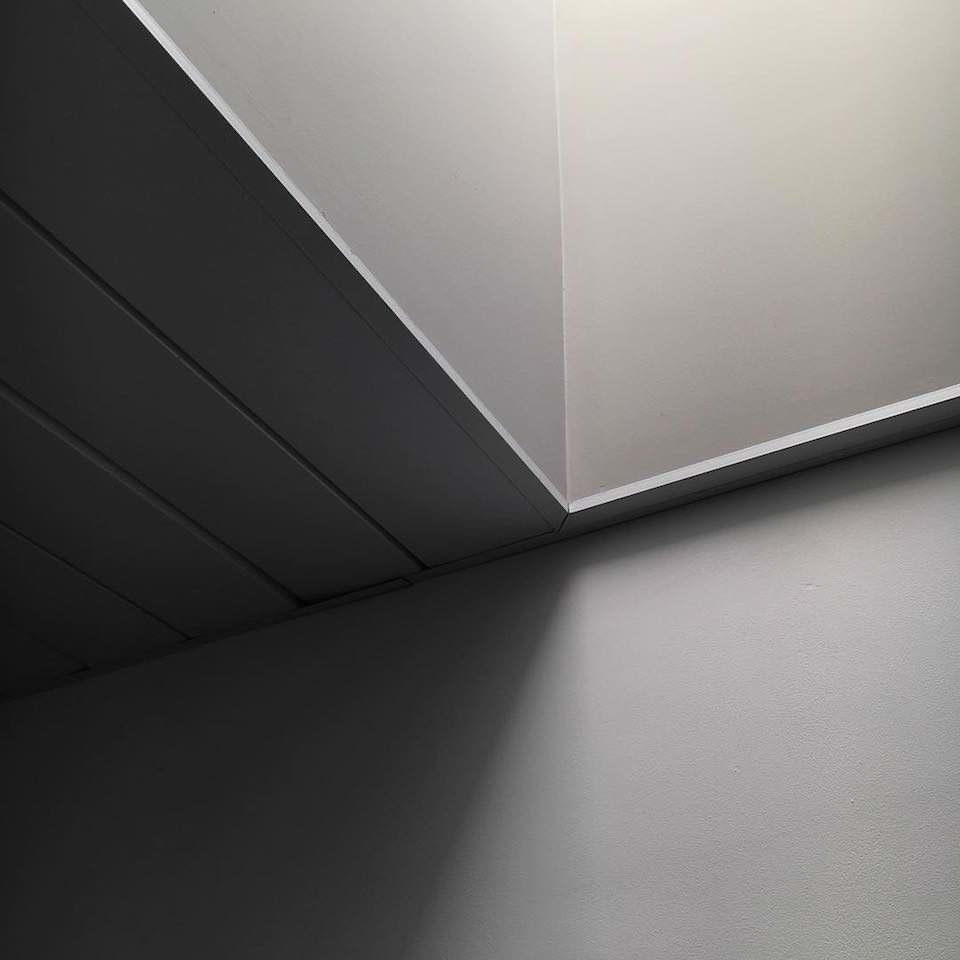 Minimalistische Fotografie einer Ecke mit Schatten.