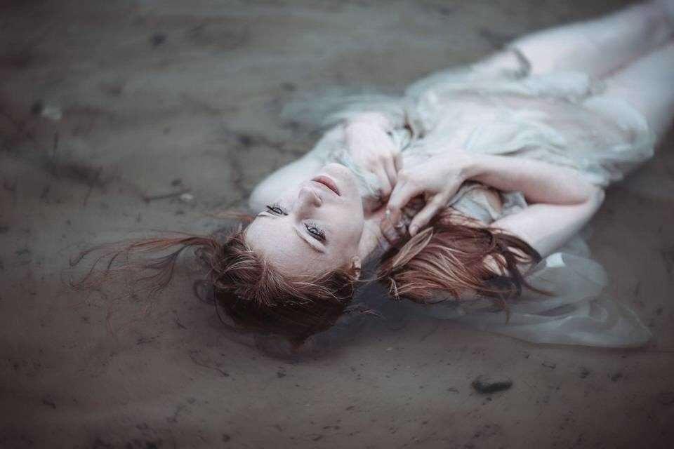 Eine Frau liegt im Wasser