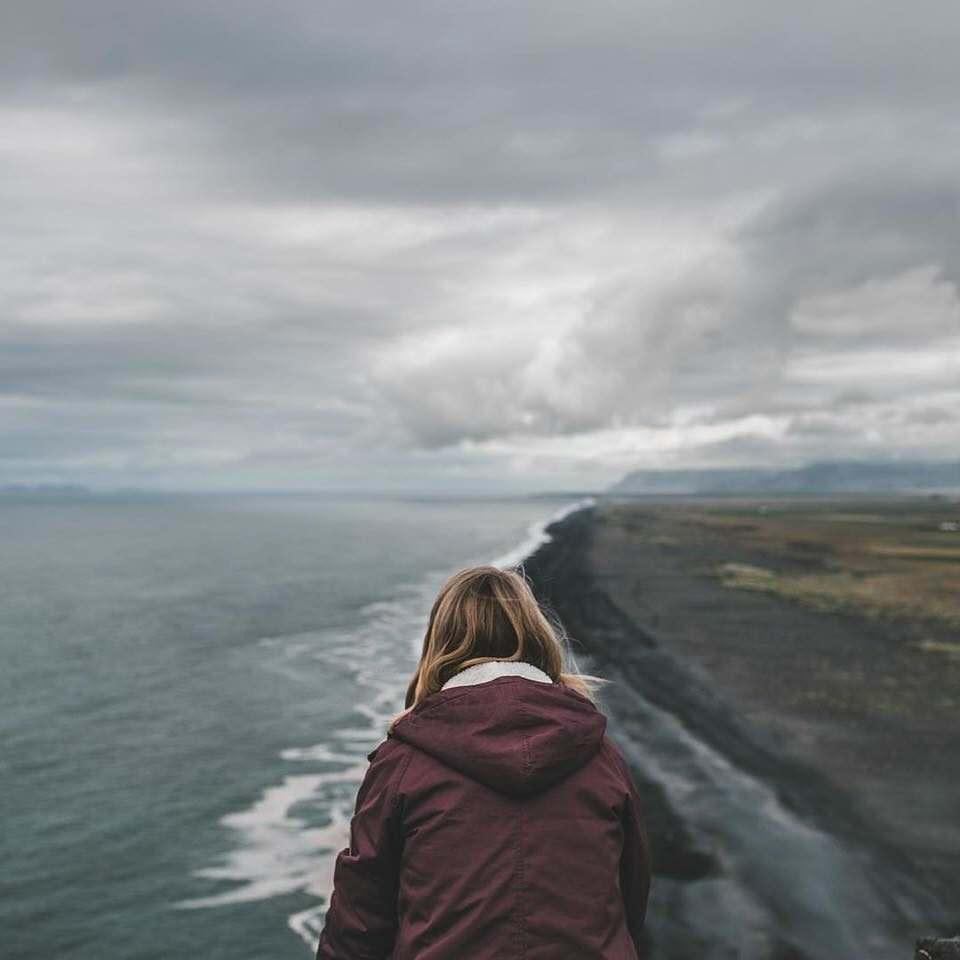 Eine Person zwischen Meer und Küste