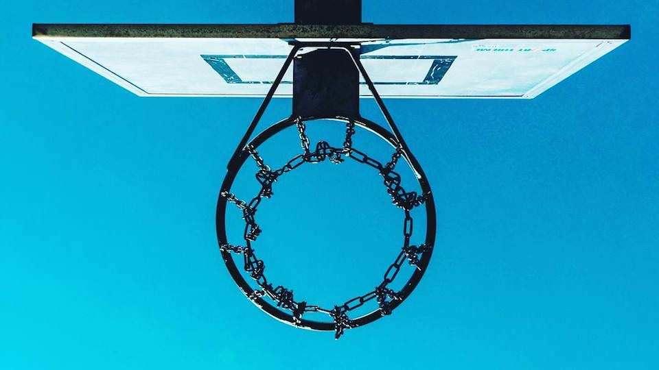 Ein Basketballkorb von unten.