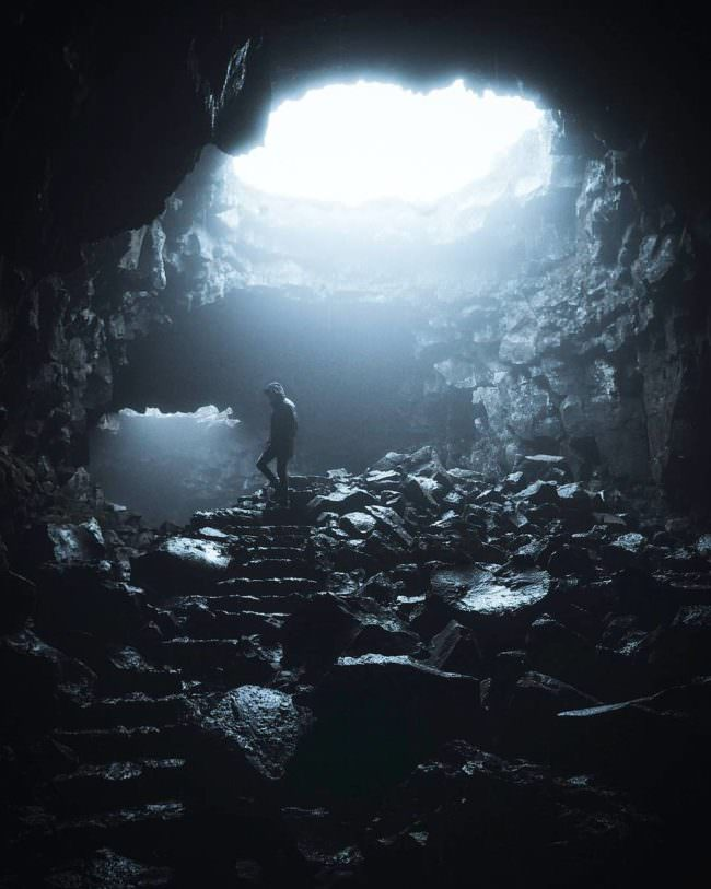 Mensch in einer Höhle